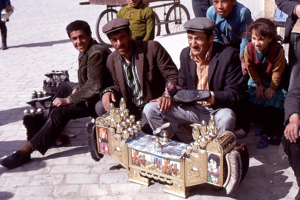 Cipőtisztítók tradicionális, míves felszerelésükkel