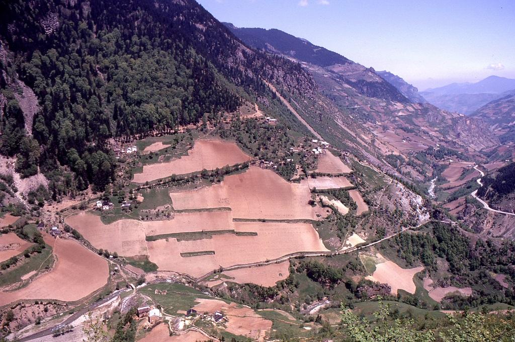 Az út előrehaladtával egyre civilizáltabbá vált minden. A hágó után alpesi falvakra emlékeztető hegyi települések következtek, a völgyekben rohanó patakokkal és nyeregtetős házakkal. Szinte függőleges hegyoldalakban is mezőgazdasági területeket alakítottak ki.
