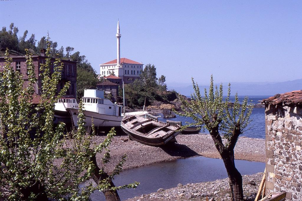 Elérve a Fekete-tengert Trabzonnál, Samsun felé számos kis halászfalun haladtak keresztül.