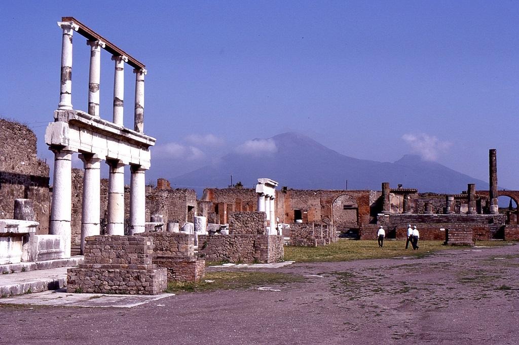Pompeii. A Vezúv lábánál elterült egykori települést teljesen betemette a vulkáni hamu, lakói pár perc alatt haltak meg Kr.u. 79-ben