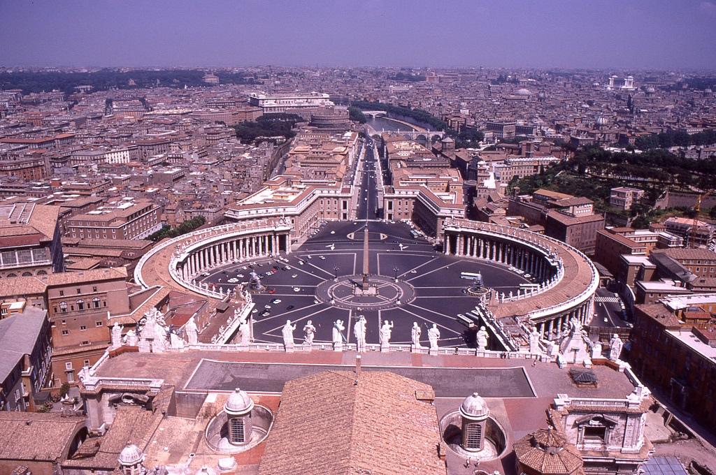 Róma az utazók lábainál a Szent Péter bazilika tetejéről nézve