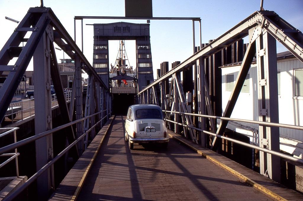Belgium, Ostende. A komp már végcéljukhoz, Nagy-Britanniába viszi a Fiatot és utasait.
