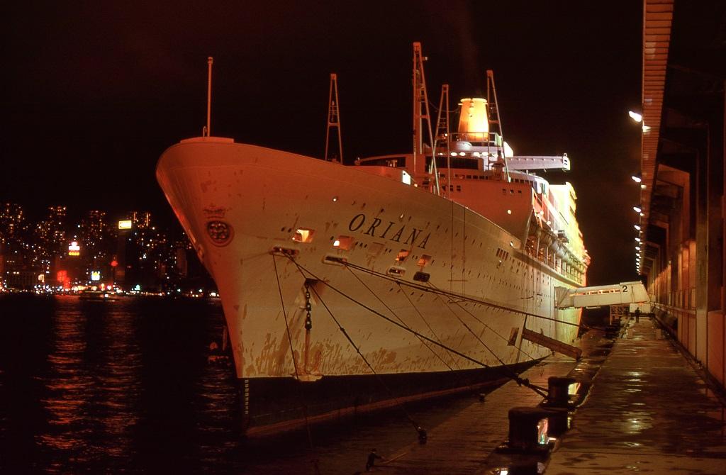 Ocean Terminal, Kowloon, Hong Kong. Az Oriana két napot töltött a kikötőben, ezalatt a hajótestet le is festették
