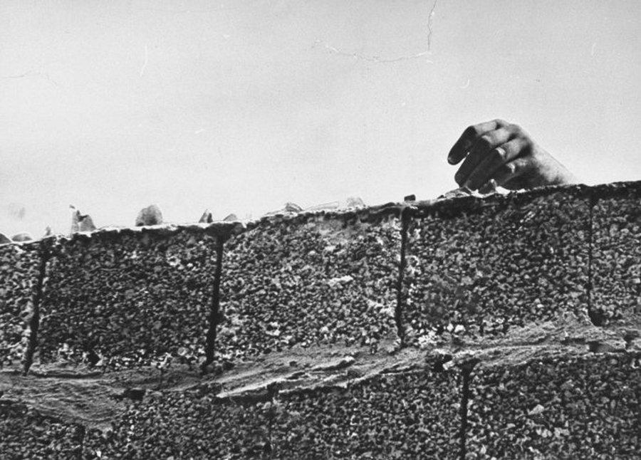 1961. Üvegcseréppel az átmászók ellen.jpg