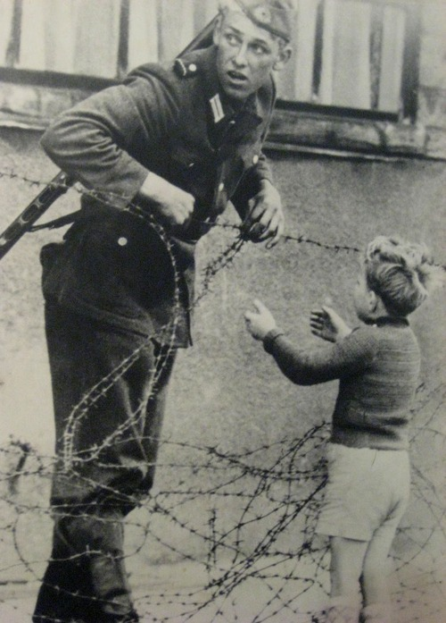 1961. szovjet katona menekít.jpg