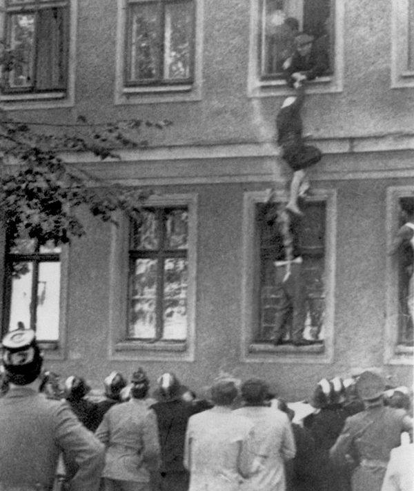 1961._Szökés a határvonalon  lévő épületből.jpg