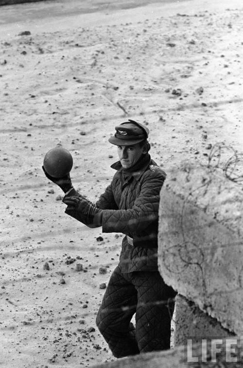 1962. Kelet-berlini katona visszadobja a nyugatról átpattant labdát..jpg