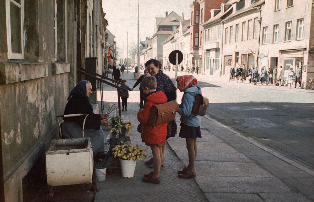 1970. Greifswald város utcája virágárussal..jpg