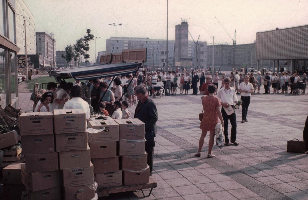 1971. Magdeburg. Sorbanállás banánért..jpg