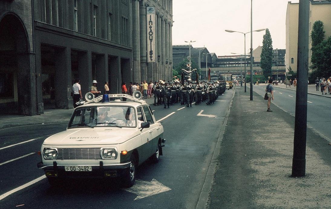 1977. Berlin, Friedrichstrasse. Rendőr-szimfonikuszenekar Wartburg rendőrautó felvezetéssel..jpg