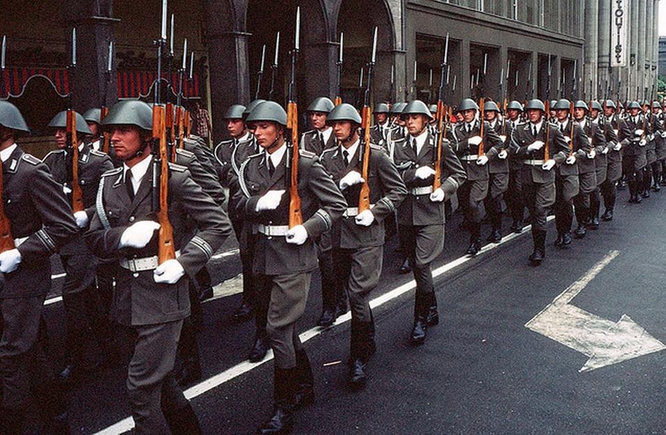 1977. Berlin, Friedrichstrasse. Volksarmee felvonulás.jpg