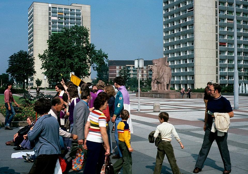 1980. Drezda. Lila-fehér futball szurkolók..jpg