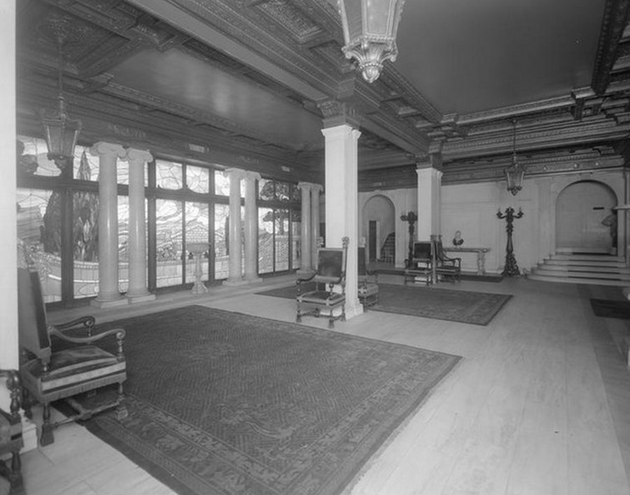 1910. Broadway at the S.E. corner of West 98th Street. Borchardt Apartment House, entrance hall. 1910.jpg
