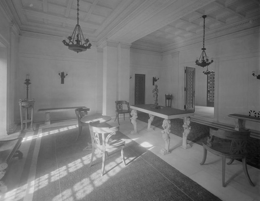 1910. Broadway, at the S.E. corner of West 100th Street. Allenhurst Apartment House, entrance hall. 1910.jpg