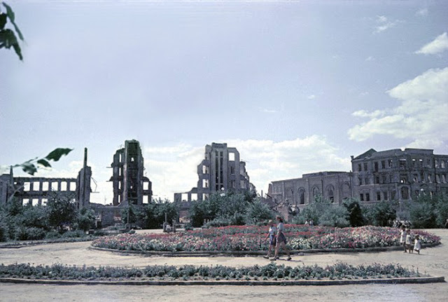 Color photographs of athletic parades in Stalingrad in May 1945 (9).jpg
