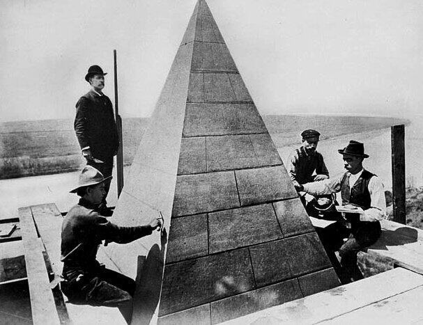 1884. A Wahington emlékmű befejezése, a csúcs éppen elkészült..jpg