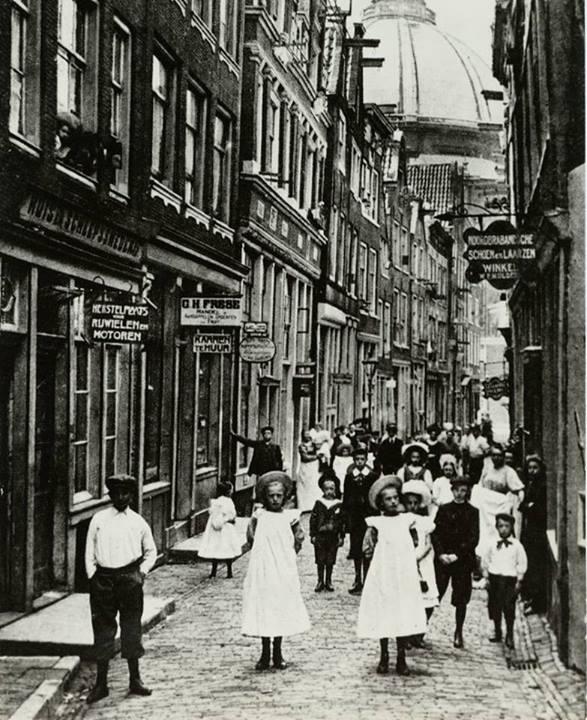 1910. Amsterdami utca lakói fotózás hírére kiöltöztek és beálltak a képbe..jpg