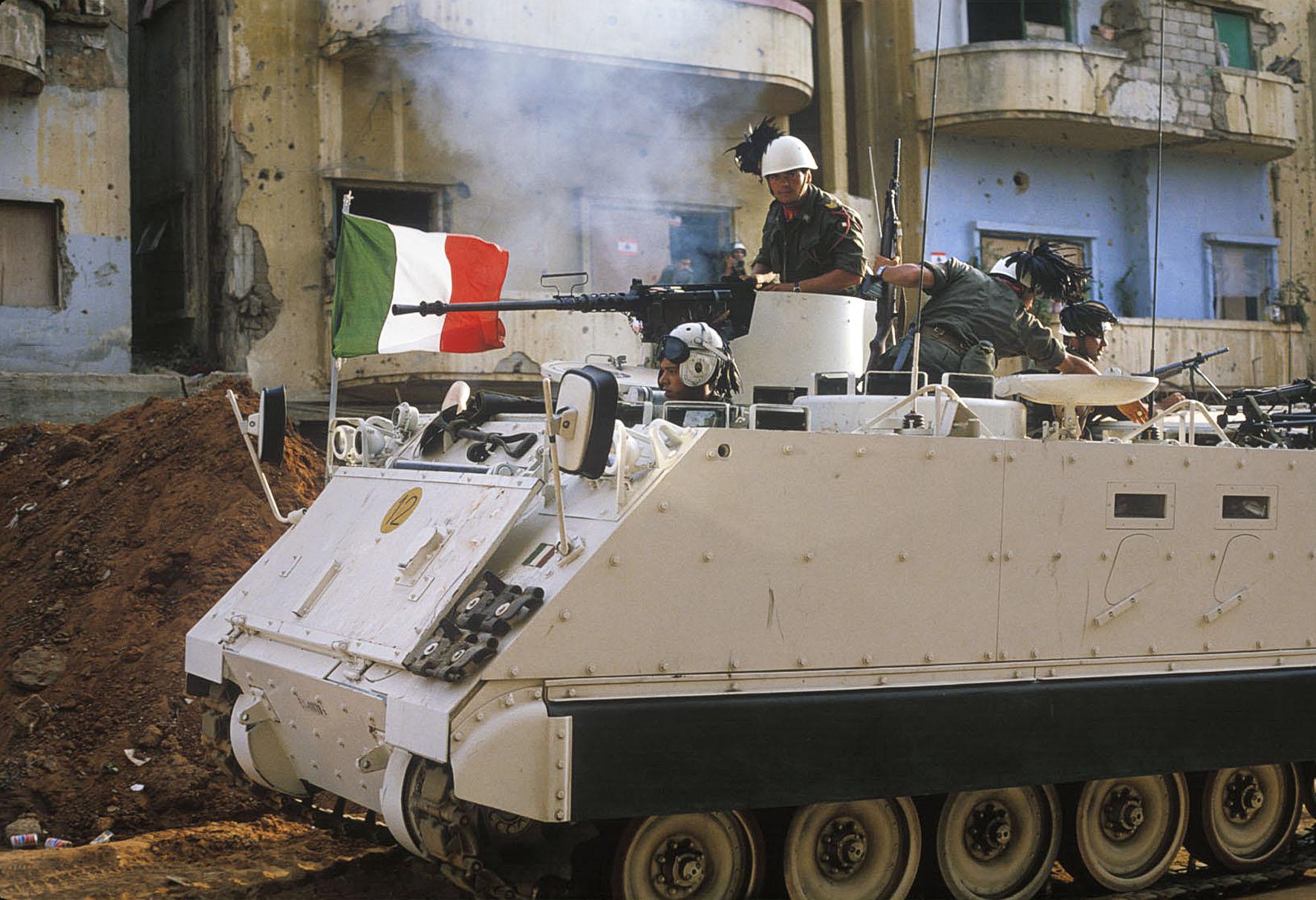 1982. Olasz békefenntartók Bejrútban. A II. vh. óta ez volt az olasz hadsereg első bevetése külföldön..jpg
