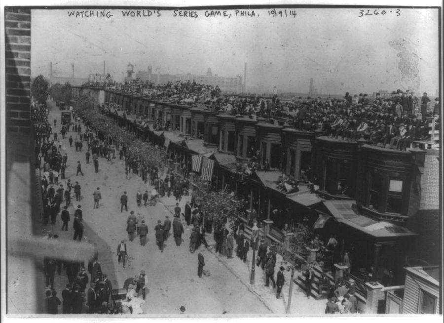 1914_a_boston_braves_es_a_philadelphia_athletics_vilagkupa_merkozeset_figyelik_a_philadelphiaiak_a_szomszedos_sorhazak_tetejerol.jpg