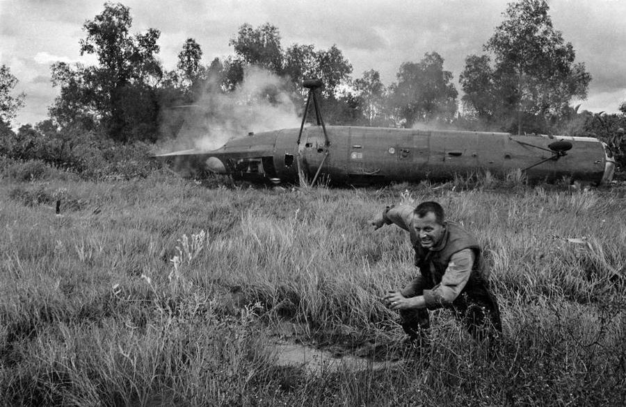 1962_amerikai_katona_menekul_a_lezuhant_ch-21-es_helikopter_kozelebol_vietnamban.jpg
