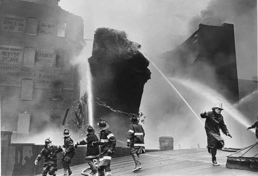 1962_tuzoltok_menekulnek_egy_ledolo_tuzfal_utjabol_new_york_bronx.jpg