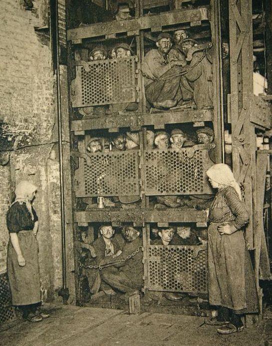 1900_belga_szenbanyaszok_a_zsufolt_emeletes_liftben_munkakezdes_idejen.jpg
