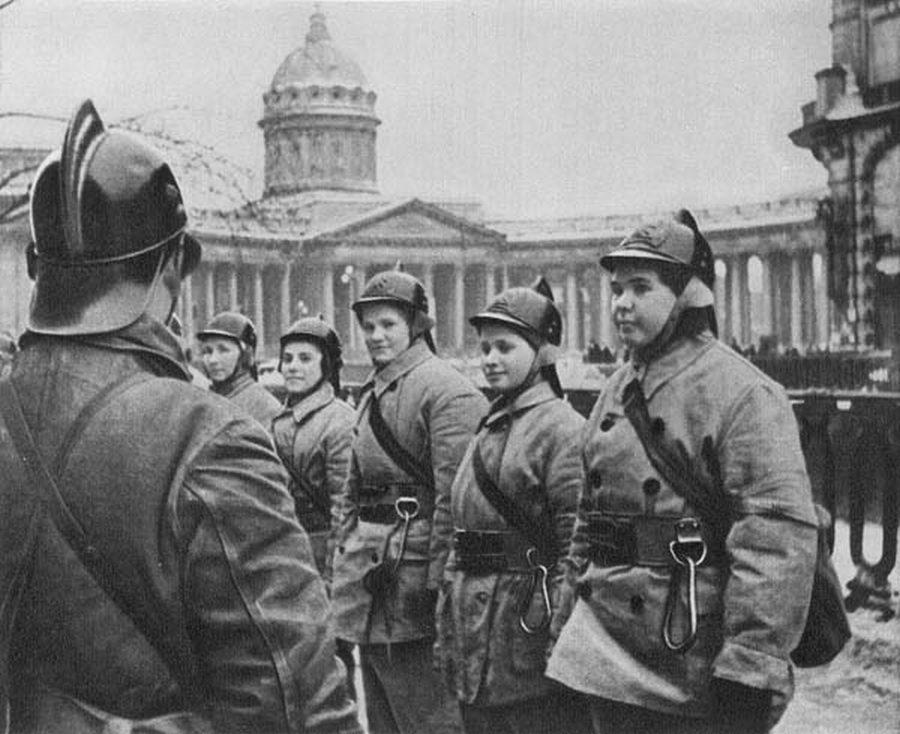 1942_leningradi_onkentes_noi_tuzoltobrigad.jpg