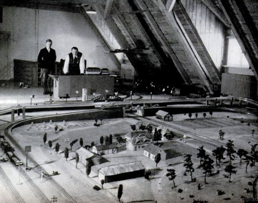 1939_hermann_goring_hazanak_padlasan_modellvasutjaval_jatszik.png