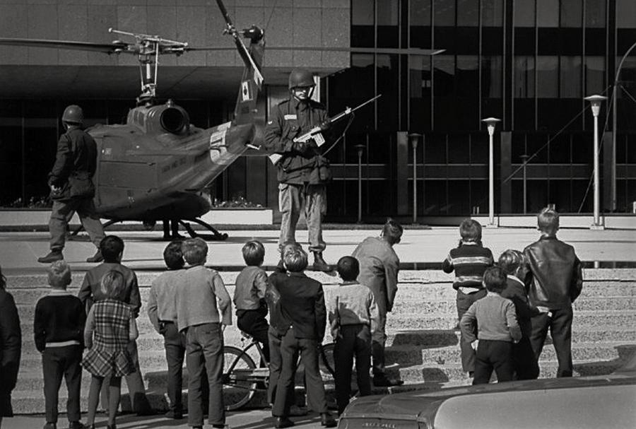1970_a_kanadai_hadsereg_vedi_a_rendorseg_epuletet_montrealban_az_oktoberi_krizis_idejen.jpg