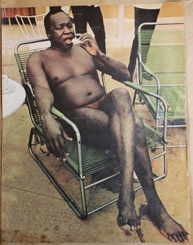 1972_az_ugandai_diktator_idi_amin_furdonadragban_szendvicset_eszik.jpg