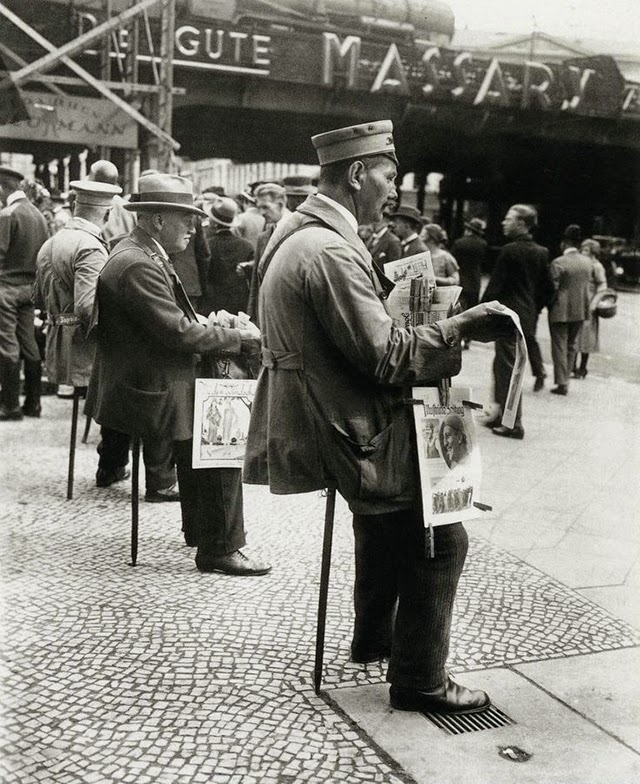 1927_ujsagarusok_uloboton_berlinben.jpg