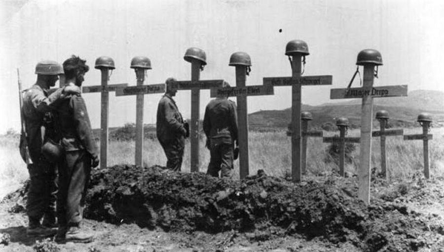 1941_halott_bajtarsaikat_gyaszolo_nemet_katonak_a_kretai_ejtoernyos_invazio_sulyos_vesztesegeket_hozott_a_nemeteknek.jpg