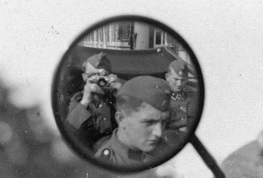 1943_ss-fotos_damm_jensen_gyonyoru_szelfije_egy_kabrioban.jpg