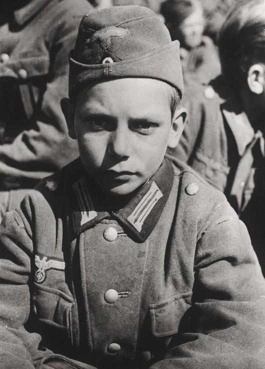 1945_az_amerikai_csapatok_fogsagaba_esett_13_eves_nemet_gyerekkatona_martinszell-waltenhofenben.jpg