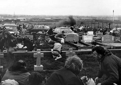 1988. Észak-írország, Belfast Milltown temetői mészárlás Michael Stone loyalista merénylő egy temetésen kézigránátot hajít a tömegbe a kamerák előtt. Hárman meghaltak..jpg