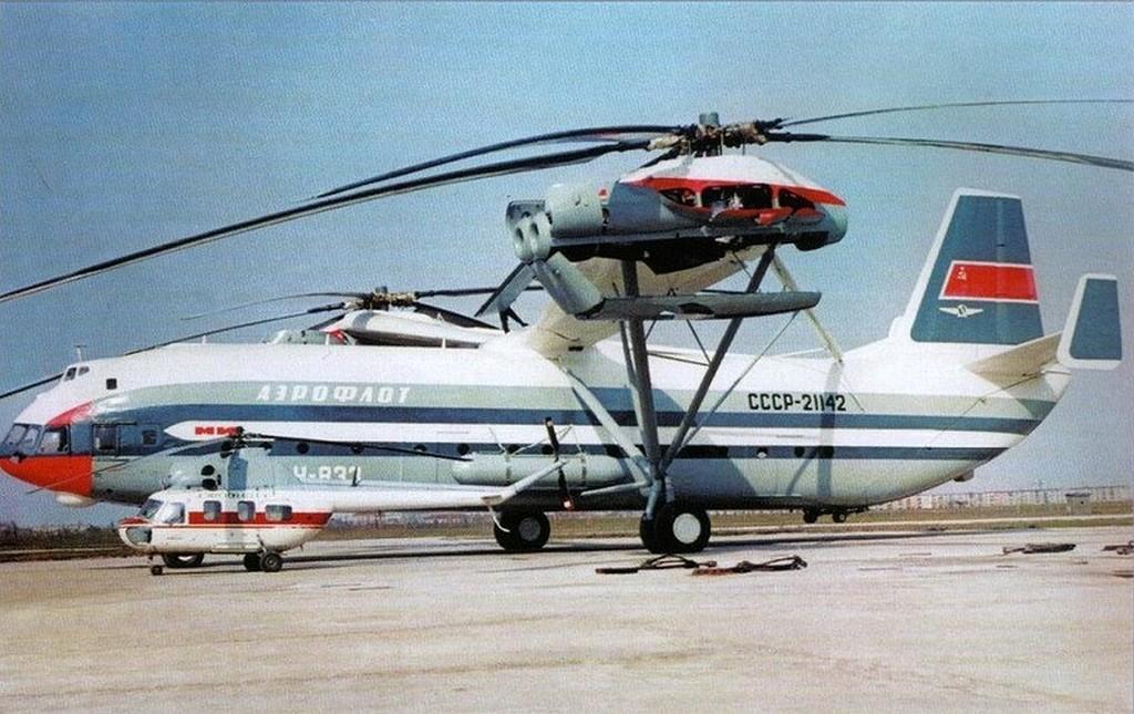 1971_a_vilag_legnagyobb_helikoptere_a_mi-12-es_mellette_egy_mi-2-es.jpg