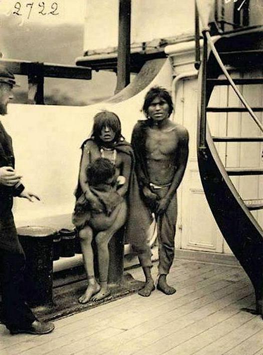 1889_egy_azota_kihalt_selknam_nemzetisegu_patagoniai_indian_csalad_hajouton_egy_kiallitasra_egy_emberi_allatkertbe_valahova_europaba.jpg