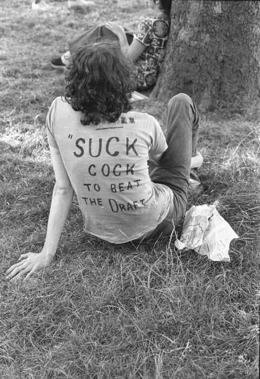 1970_az_elso_new_york-i_melegfelvonulas_egyik_resztvevoje_pihenon.jpg