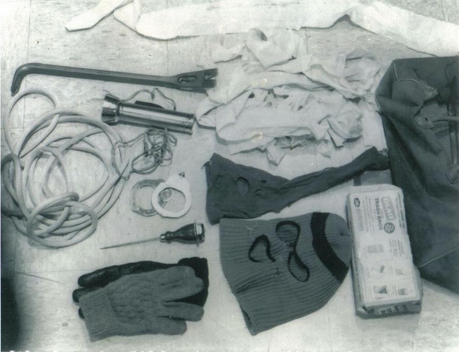 1975_a_sorozatgyilkos_ted_bundy_elfogasakor_a_volkswagenjeben_talalt_holmik.png