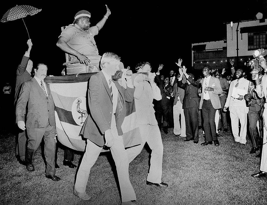 1975_az_ugandai_diktator_idi_amin_egy_diplomataknak_rendezett_osszejovetelre_brit_uzletemberek_altal_cipelt_hordszekben_erkezett_megszegynitve_ezzel_oket_es_a_nyugati_befolyast_az_orszagara.jpg