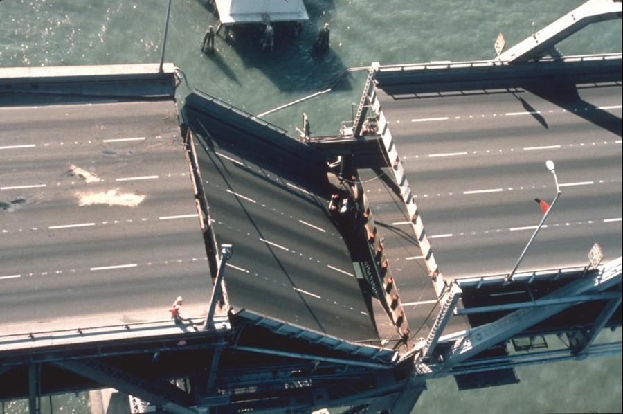 1989_a_san_francisco-i_bay_bridge_egyik_leszakad_resze_a_foldrenges_utan.jpg