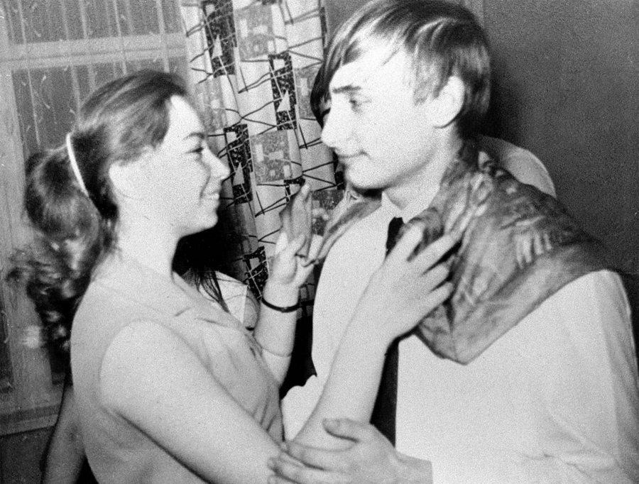 1970_vlagyimir_putyin_egy_leningradi_hazibulin_osztalytarsnojevel_tancol.jpg