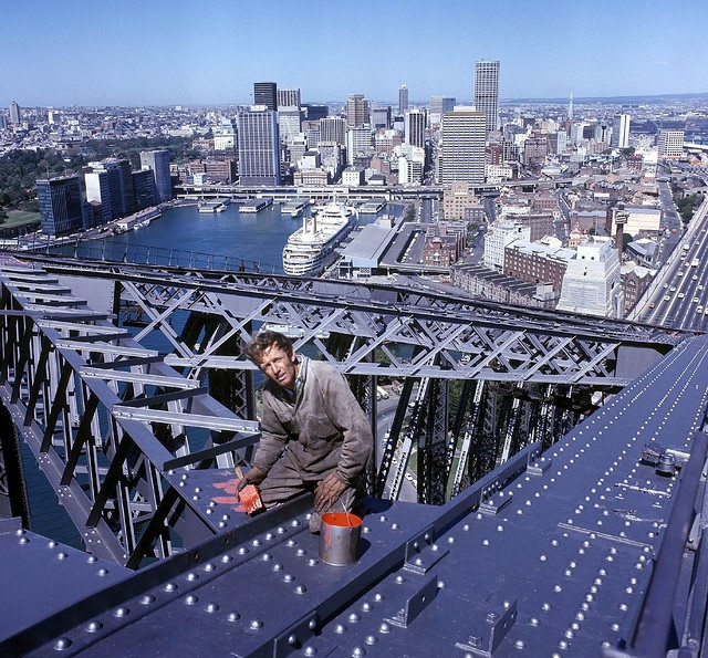 1971_paul_hogan_a_kesobbi_krokodil_dundee_a_sydney-i_harbour_bridge-t_festi.jpg