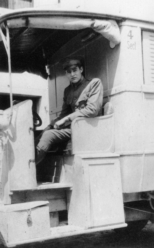 1910_ernest_hemingway_egy_voroskeresztes_kocsi_soforjekent.jpg