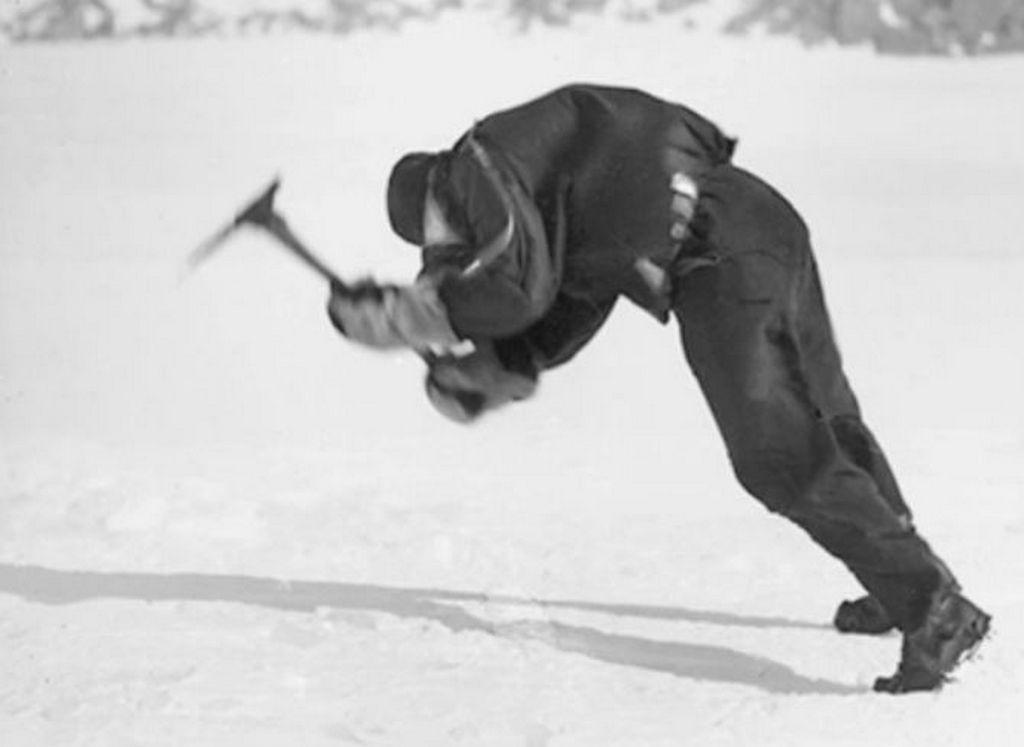 1912_az_elso_ausztalazsiai_antarktisz_expedicio_egy_tagja_kuzd_a_160_kilometer_per_oras_szellel_frank_hurley_felvetele.jpg