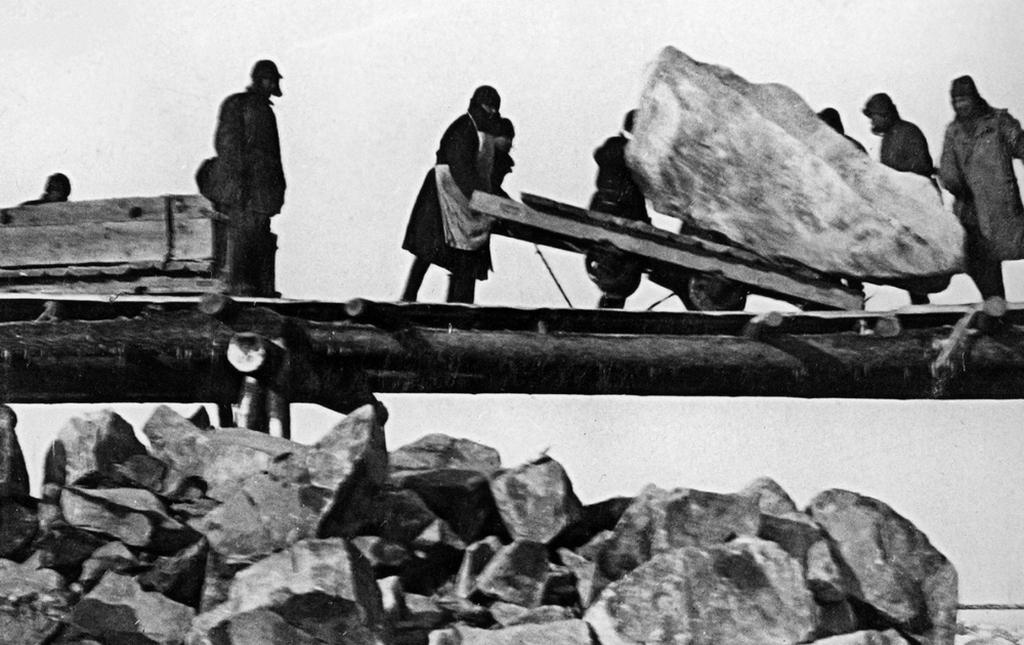 1932_gulag_foglyok_altal_epulo_balti-tengert_a_feher-tengerrel_osszekoto_csatorna_a_hivatalos_tabori_feljegyzesek_szerint_12_ezren_haltak_meg_az_epitkezes_soran_a_teljes_fogolyletszam_5_szazaleka.jpg