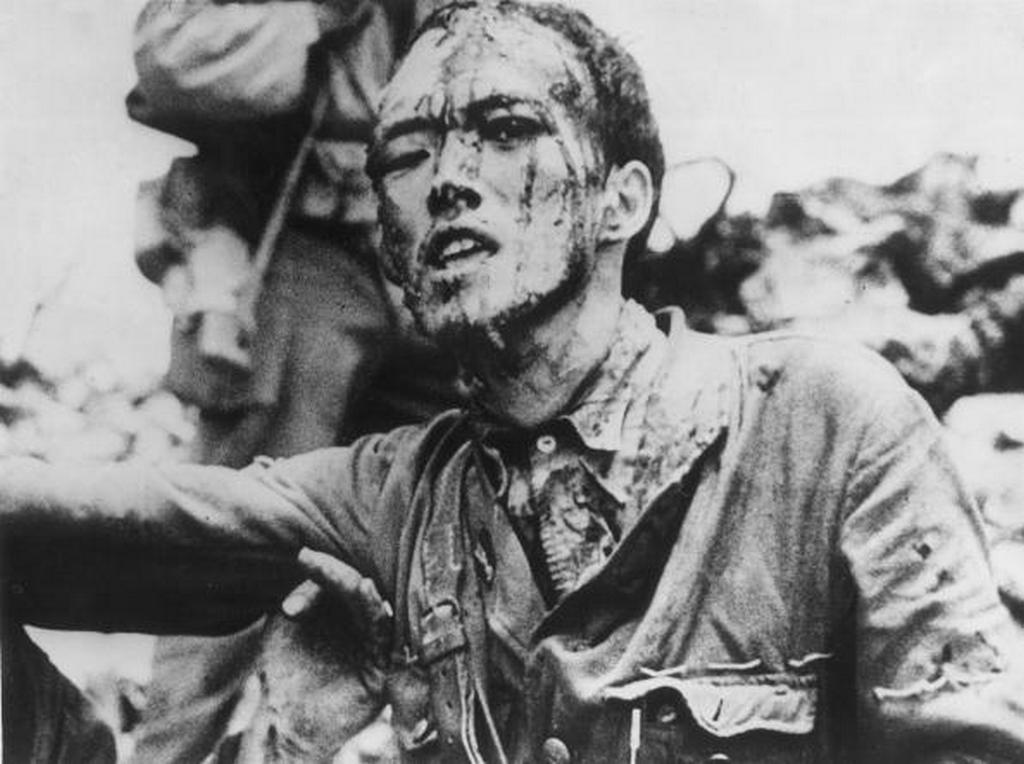 1945_julius_14_japan_hadnagy_adja_meg_magat_okinawan_az_amerikai_invazio_alatt.jpg
