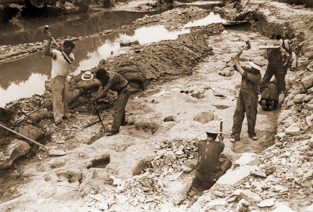 1952_a_texasi_paluxy-folyovolgy_dinoszaurusz-osvenyenek_feltarasa.jpg