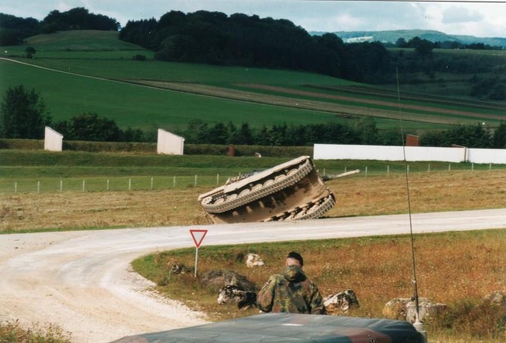 1990_a_nemet_bundeswehr_leopard_2_harckocsija_munsingen_mellett_leesve_az_utrol.jpg