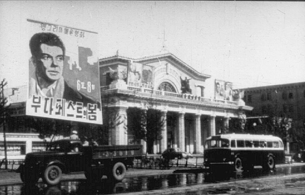 1956_az_eszak-koreai_fovaros_phenjan_egyik_mozijaban_epp_a_magyar_budapesti_tavasz_cimu_filmet_vetitik_cr.jpg